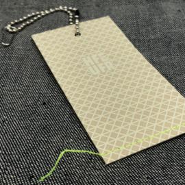 hangkaartje-hangtag-swingtag-prijskaartje-structuur-stiksel-fluor-garen-karton-embossed-kogelkettiinkje-speldje-kledinglabel-merknaam-labellegendz